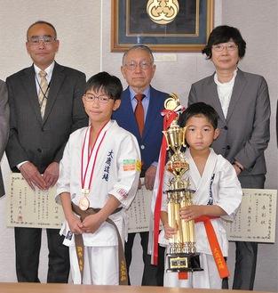 スポーツ優秀賞を受けた桜井兄弟(前列)と功労賞の3人
