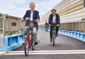 渡り初めをする中崎町長と高橋議長