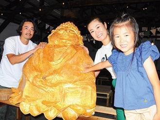 大仏を制作した鈴木クリ子さんと娘の嘉子さん、夫の毅人さん