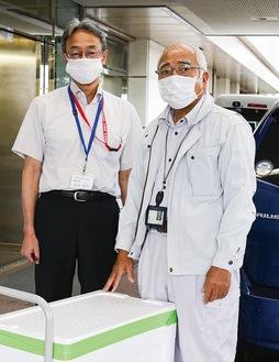 足柄上病院へプリンを届けた原さん(右)