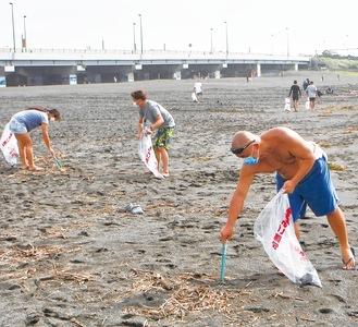 感染予防に配慮しながら海岸を清掃した