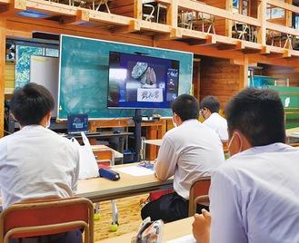 ライブ配信を視聴する生徒たち