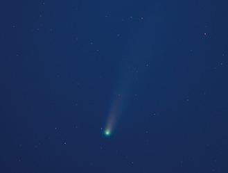 7月22日午後7時50分頃に中井町で長沢正巳さんが撮影したネオワイズ彗星(22枚の連写画像を加算合成)