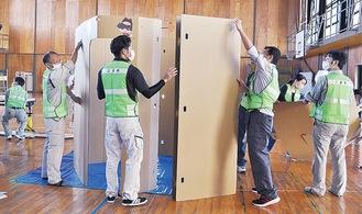 段ボール製の授乳室を組み立てる町職員