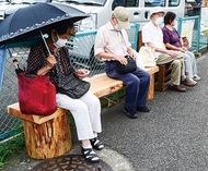 バス停に木製ベンチ