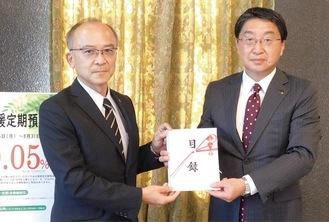 目録を手渡す大藤理事長(左)と武井副知事 =10月2日・神奈川県庁