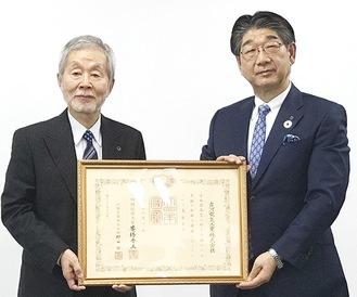 小林社長(右)と中崎町長(古河電気工業提供)