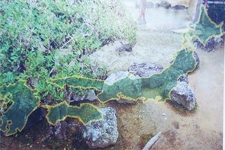 生家の庭にある日本列島をかたどった石組(写真は地図画像を重ねたもの)
