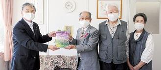 森教育長(写真左)へ会報誌を渡す会員