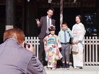 記念撮影をする松本さん家族=二宮町の川勾神社