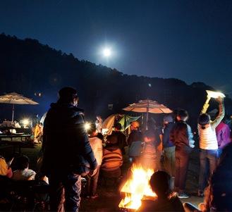 月見を楽しむキャンプの参加者たち