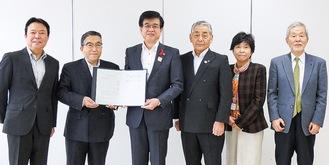 通知書を受け取る堀社長(左から2番目)