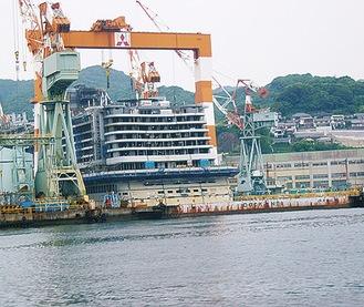 三菱のマークが健在の長崎造船所