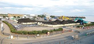 港湾内の土砂が積みあがった大磯港