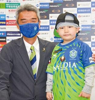 入団会見を行った琉君(右)と水谷社長