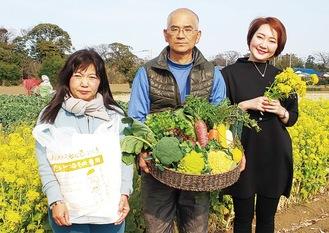 幅広い野菜を生産する石井夫妻(左)と飯島さん