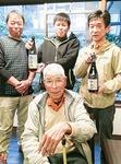 米生産者と米店の戸塚さん(右)