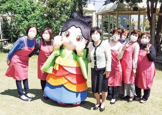 新しい「おとちゃん」と村田町長、商工会女性部の部員(同部提供)