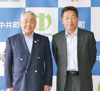 曽我さん(右)と杉山町長=中井町役場