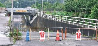 冠水のため通行止めになった田中架道橋