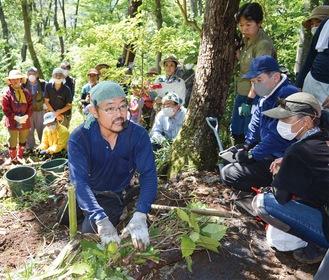 大磯運動公園の森で指導する高田宏臣さん