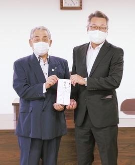 目録を手にする中井町の杉山町長(左)とヤオマサの田嶋社長(同町提供)