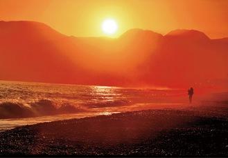 にのみや観光フォトコンテスト写真部門で推薦を受賞した内山昌俊さんの「海霧燃え立つ浜辺」(町観光協会提供)