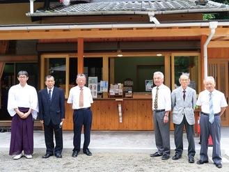 御神木で造られた売札所と神社関係者。左は二見宮司、隣が添田さん