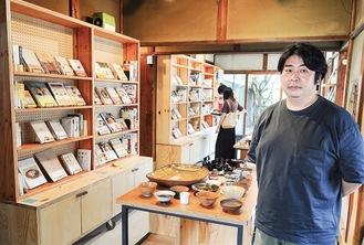 様々な本が並ぶ店内と管理人の佐藤さん