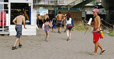 海水浴客を高台へ誘導