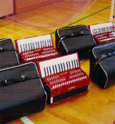 福島の小学校に楽器等を寄贈