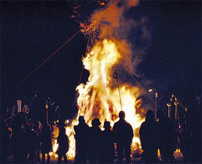 14日に炎の祭典「左義長」