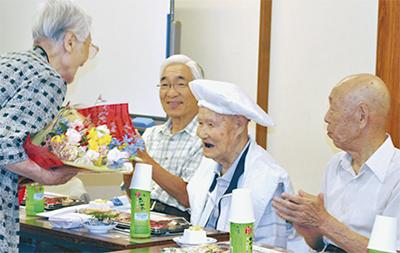 柳川さん100歳を祝賀