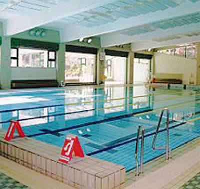 温水プールで水泳教室