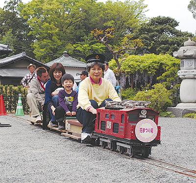 花咲く境内にミニ電車