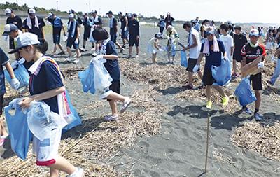 海岸清掃に大汗流す