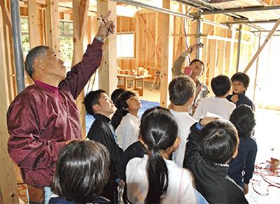 木香る学び舎に歓声