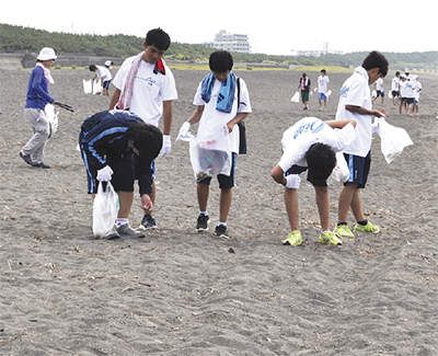 海岸清掃に汗流す