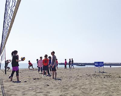 秋の海岸で運動に汗