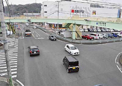 西友前交差点歩道橋下に横断歩道
