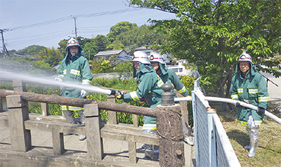 火災に備え放水訓練