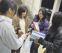 寄付を呼び掛けた(右から)野地さん、遠藤さん、小嶋さん