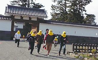 忍者に扮した学生たちがデモンストレーション