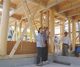 山田社長(右)と施主の磯崎聡さんと弥生さん。家族の思い出が詰まった大黒柱と小黒柱2本は、1本の丸太から。