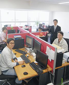 オフィスにて、村田社長(右から2番目)と社員の皆さん