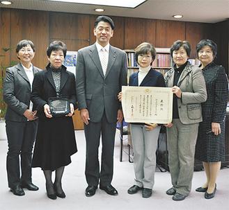 左から吉田伯子さん、内田弘美さん、加藤市長、椎野会長、澤地スミ子さん、堂脇美智子さん