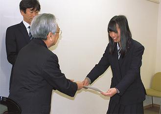 澤村恭正青色申告会会長から賞状を受け取る柏木さん