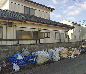 除染が進む小高区だが、仮置き場を建設中のためゴミは家の前に置かれたまま