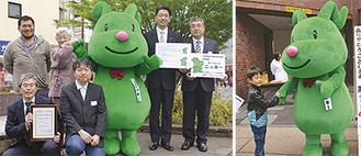 左)加藤憲一市長から「特別住民票」が手渡された 右)子どもたちは「かわいい」と笑顔に