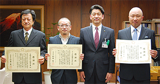 左から村山代表取締役、後藤代表取締役、加藤市長、小川代表